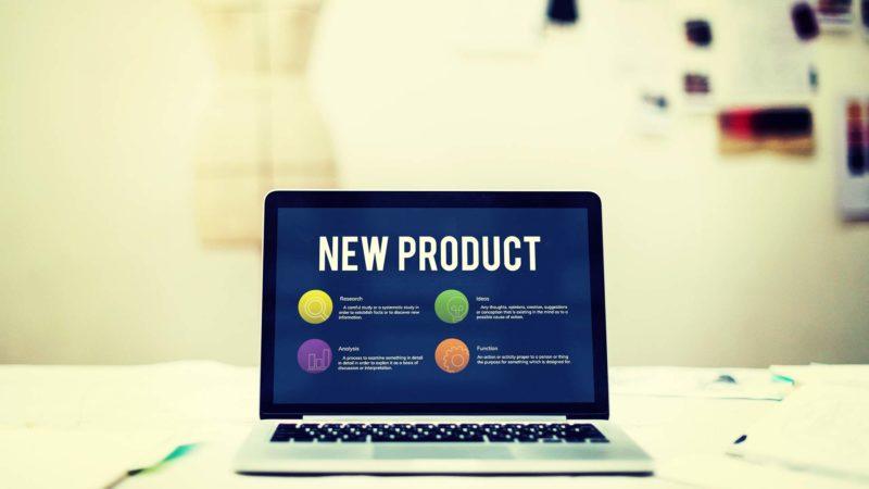 Laptop mit Schrift New Product auf dem Bildschirm